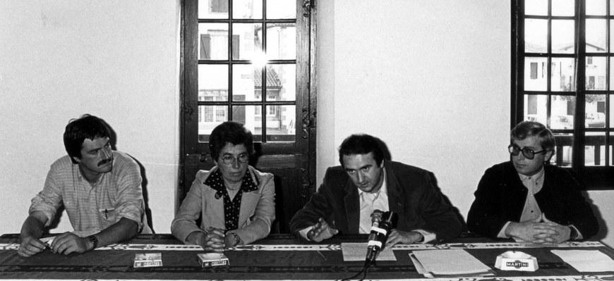 Teatro artxibategiaren aurkezpena Heletako Herriko Etxean (1983). Ezkerretik eskuinera:  Daniel Arbeletche, Marie-Andrée Arbelbide (auzapeza), Daniel Landart, Txomin Davant (hautetsia) © Jose Goia
