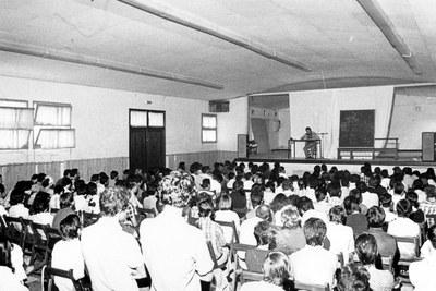 Daniel Landart, Iparraldeko antzerkiaren historiaz mintzo Uztaritzeko Bilgune  aretoan, Udako Euskal Unibertsitatean, 1975ean