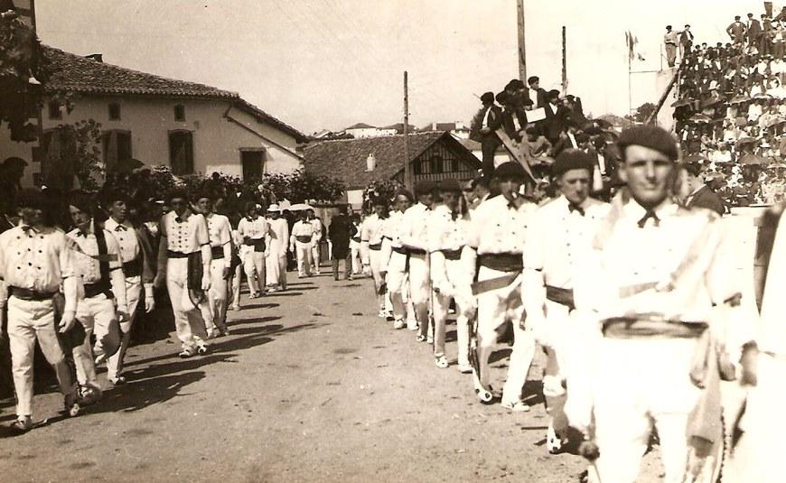Dantzariak herriko plazan sartzen, 1937ko toberetan