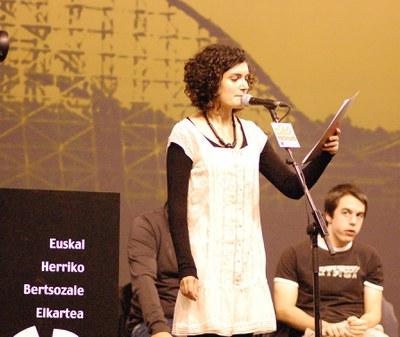 Joana Itzaina gai-emailea. E.H.ko Bertsolari Txapelketa nagusia 2009, final-laurdena, Uztaritze. (EKE - Jakes Larre)