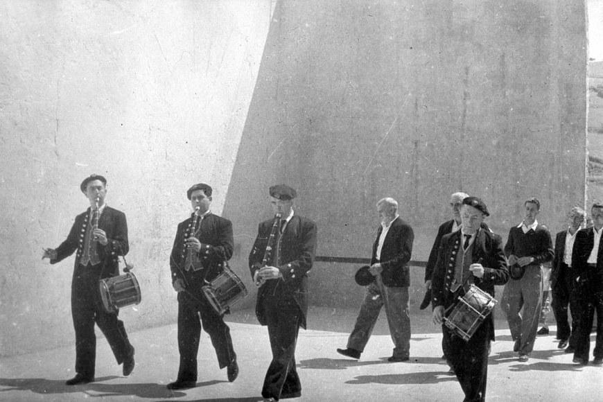 Txistulariak (danbolinteroak) Eibarren (1950. hamarkadan). CC-BY-SA Indalecio Ojanguren - Guregipuzkoa.net