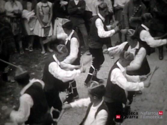 Otsagabiako dantzariak Elurretako Ama Birjinaren baselizan Iratin (1960)