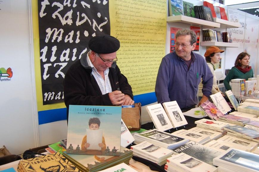 L'écrivain Eñaut Etxamendi et Luzien Etxezaharreta tenant le stand de Maiatz (Durango,2009).
