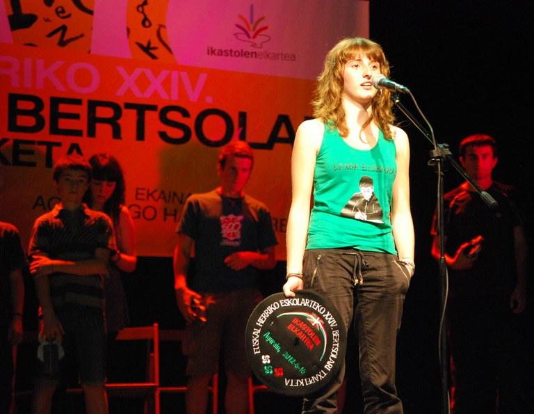 Maddi Sarasua vainqueur du XXIVème championnat entre écoles de bertsus du Pays Basque 2012 (ICB - Maite Deliart)