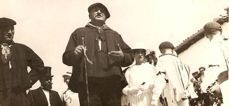 Le koblari de Louhossoa Jean-Pierre Larralde ''Panpale'', Larramendy d'Irissarry et Piarre de la maison Ilandei en tenue d'Andere Xuri. Charivari d'Irissarry (1937) (© A. Idieder)