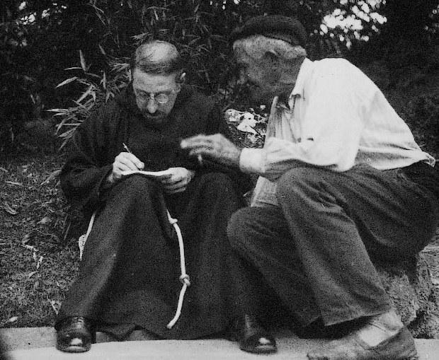 Le père Donostia lors d'une collecte - Archives Eresbil