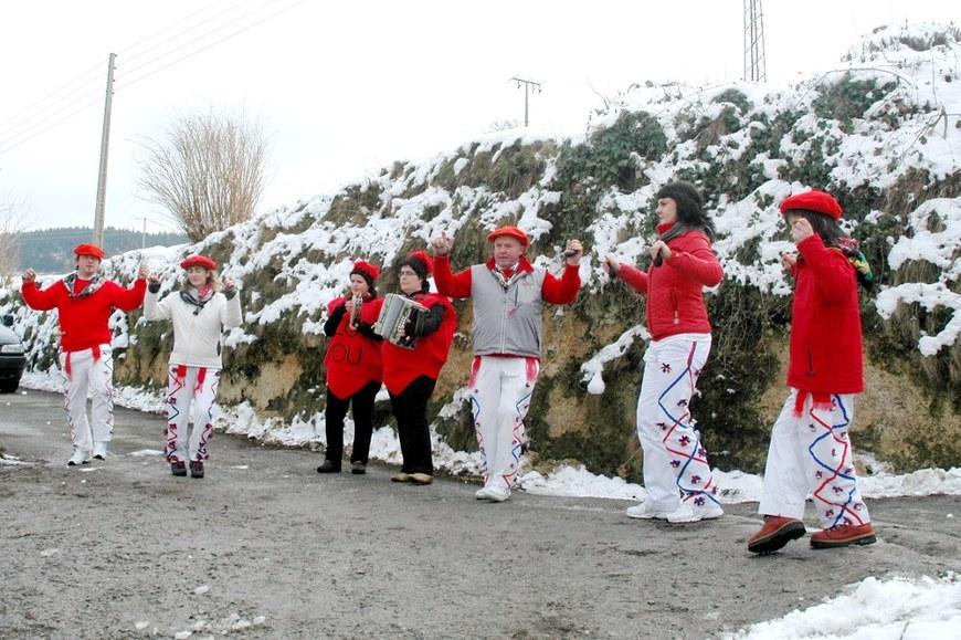 Danseurs ''goitarrak'' à Lesaka (2010 - Oier Araolaza / dantzan.com - CC-BY-SA)