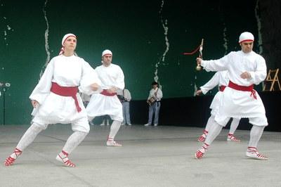 Danseuse et danseurs interprétant danse de l'épée et du bouclier à Añorga (Journée de Ste-Carmen, 2010)
