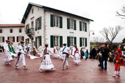 Kaskarot et danseuses lors du carnaval de Briscous (2012 - Iñaki Zugasti / dantzan.com - CC-BY-SA)