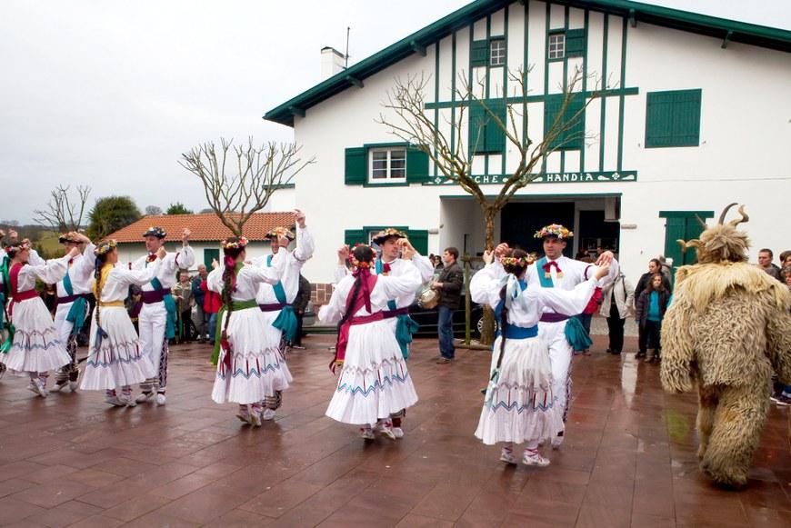 Kaskarot et danseuses à Briscous (2012 - Iñaki Zugasti / dantzan.com - CC-BY-SA )