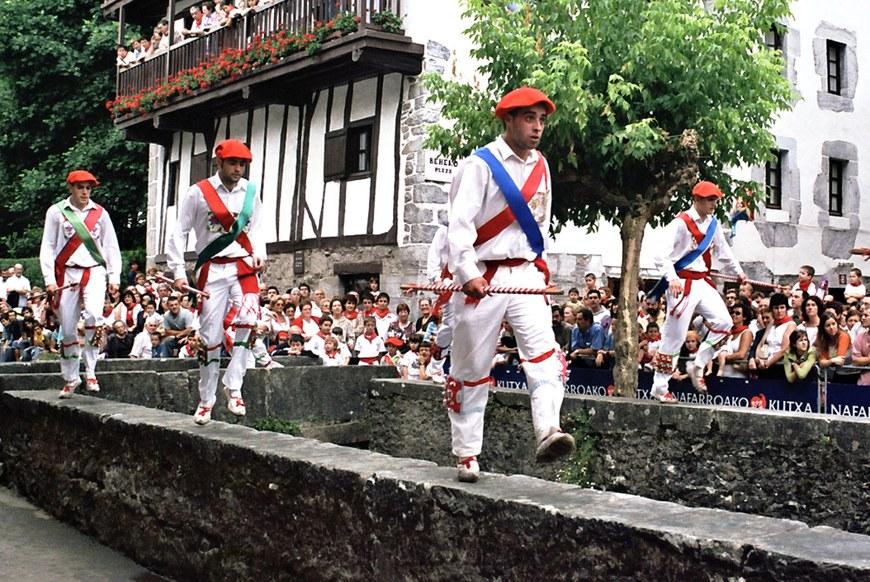 Danse de l'épée à Lesaka (2003 - Oier Araolaza / dantzan.com - CC-BY-SA )