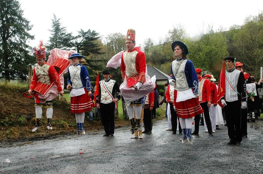 Les cinq Aintzindari de la mascarade de Chéraute au quartier Hoquy (2012 - Oier Araolaza / dantzan.com - CC-BY-SA)
