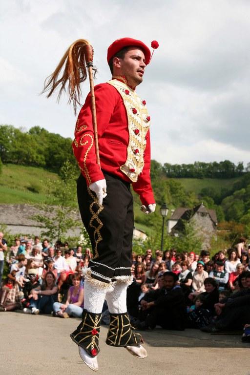 "Mascarade souletin à Camou-Cihigue en 2013. Danseur ""txerrero"" © Séverine Dabadie"