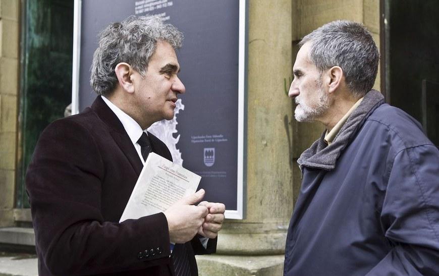 Les écrivains basques Bernardo Atxaga et Xabier Lete (2009 - www.guregipuzkoa.net - cc-by-sa)
