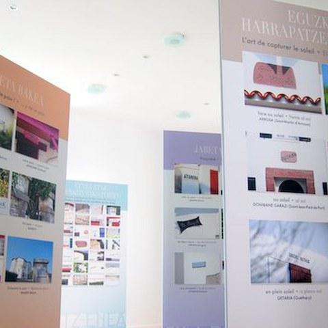 """L'expo """"Hitz-Enea"""", un voyage à travers le nom des maisons basques à Bayonne"""