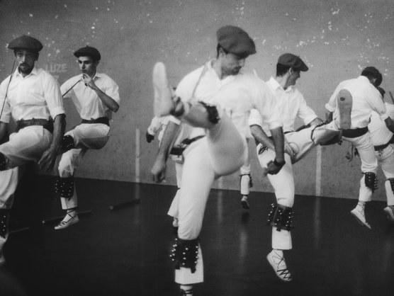 Les danseurs biscayens et l'écrivain Pierre Loti