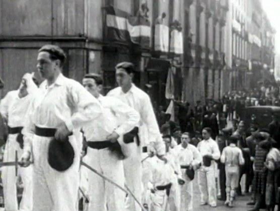 Danseurs à l'épée à l'entrée de l'église (Gipuzkoa, aux environs de 1920)