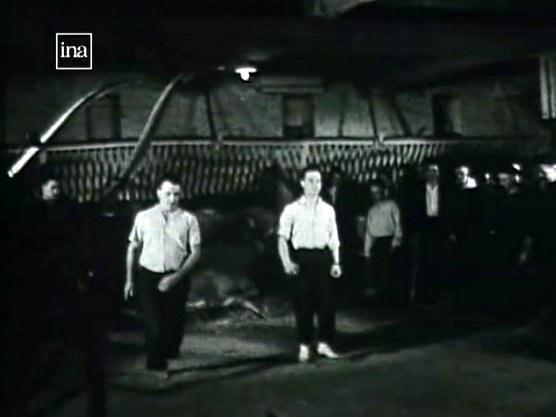 Répétition de danseurs souletins dans une étable (1959)